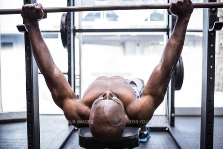 Young Bodybuilder doing weightliftingの写真素材 [FYI00009324]