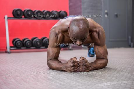 Young bodybuilder doing excercisesの写真素材 [FYI00009331]