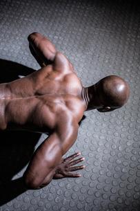 Young Bodybuilder doing push upsの写真素材 [FYI00009341]