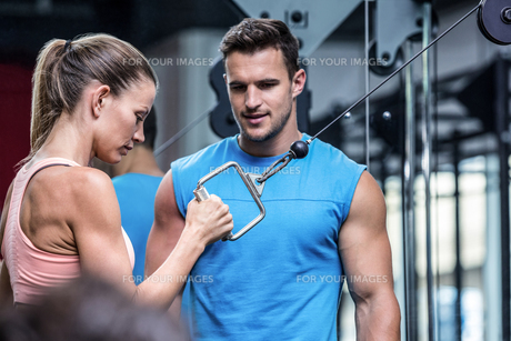 Young Bodybuilder training a young womanの写真素材 [FYI00009363]