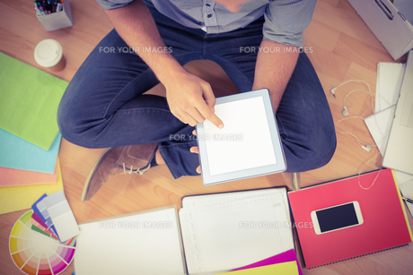 Young creative businessman working on tabletの写真素材 [FYI00009373]