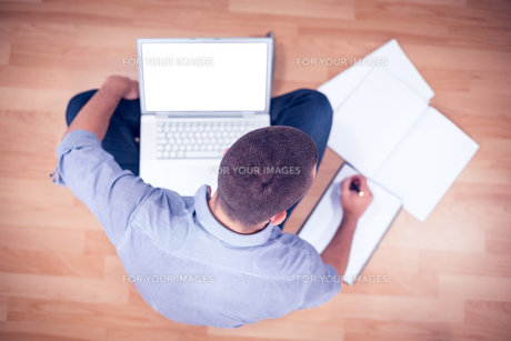 Young creative businessman working on laptopの写真素材 [FYI00009375]