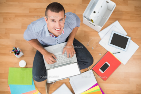 Young creative businessman working on laptopの写真素材 [FYI00009376]