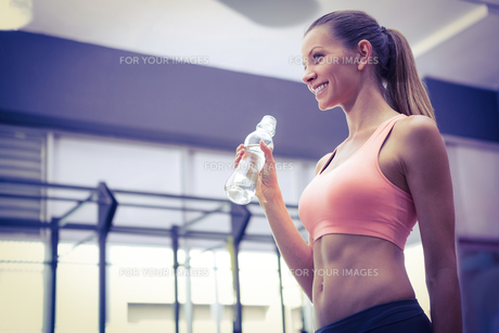 Young smiling Woman holding a bottle of waterの素材 [FYI00009387]