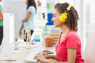 businesswoman using computer in officeの写真素材 [FYI00009395]