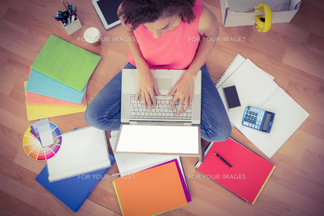 Young creative businesswoman working on laptopの写真素材 [FYI00009399]
