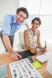 Portrait of a smiling casual young couple at workの写真素材 [FYI00009442]