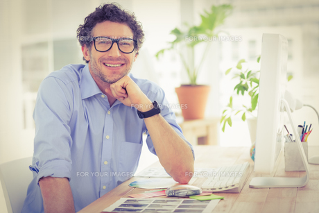 Casual businessman using computer in officeの写真素材 [FYI00009445]
