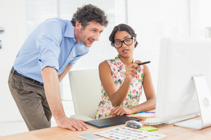 Casual couple using computer in officeの素材 [FYI00009452]