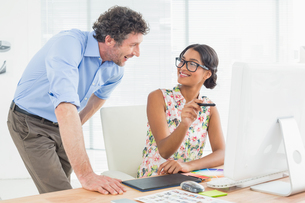 Casual couple using computer in officeの素材 [FYI00009455]