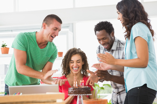 Smiling colleagues celebrating birthdayの写真素材 [FYI00009583]