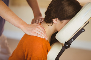 Young woman getting massage in chairの写真素材 [FYI00009587]