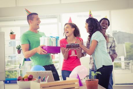 Smiling colleagues celebrating birthdayの写真素材 [FYI00009588]
