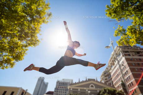 Athletic woman leapingの写真素材 [FYI00009593]
