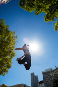 Athletic woman jumping in the airの写真素材 [FYI00009597]