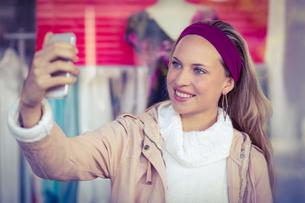 Smiling woman taking selfiesの写真素材 [FYI00009599]