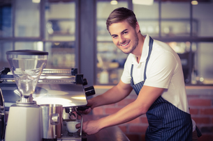 Handsome barista making a cup of coffeeの写真素材 [FYI00009642]