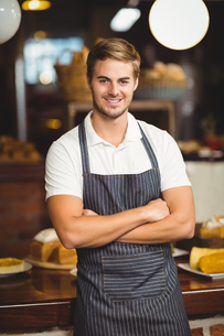 Handsome waiter with arms crossedの写真素材 [FYI00009645]