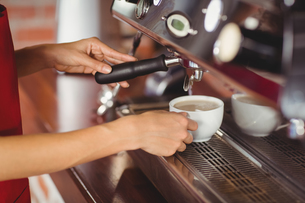 A smiling barista preparing coffeeの写真素材 [FYI00009659]