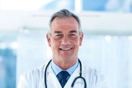 Portrait of smiling male doctor in hospitalの素材 [FYI00009717]