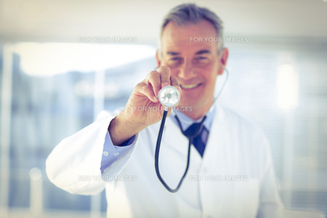 Portrait of male doctor with stethoscope in hospitalの写真素材 [FYI00009726]