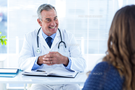 Smiling male doctor with woman in clinicの素材 [FYI00009732]