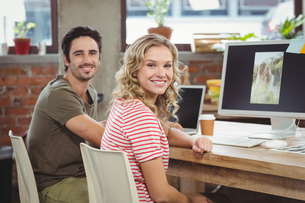 Portrait of smiling man and woman in officeの写真素材 [FYI00009778]