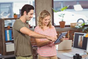 Business people looking at digital tablet in officeの写真素材 [FYI00009803]