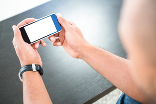 Man looking at smart phoneの素材 [FYI00009842]