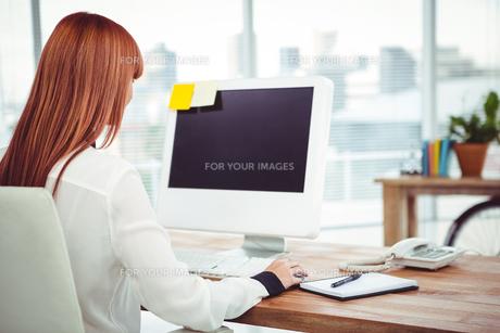 Hipster businesswoman using her computerの写真素材 [FYI00009855]