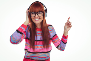Smiling hipster woman listening music with headphonesの写真素材 [FYI00009856]