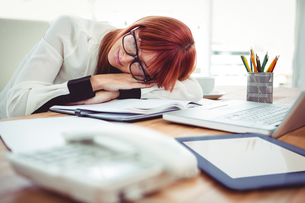 Hipster businesswoman falling in sleep at her deskの写真素材 [FYI00009858]
