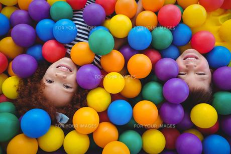 Cute smiling kids in sponge ball poolの写真素材 [FYI00009883]