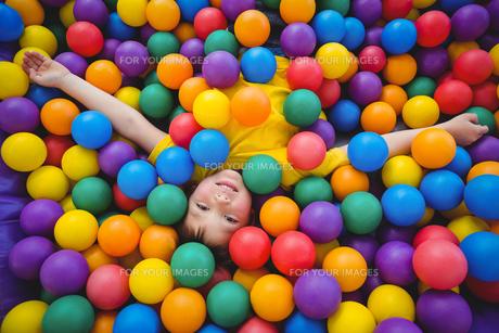 Cute smiling boy in sponge ball poolの写真素材 [FYI00009885]