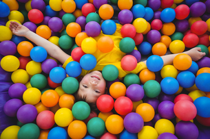 Cute smiling boy in sponge ball poolの写真素材 [FYI00009885]