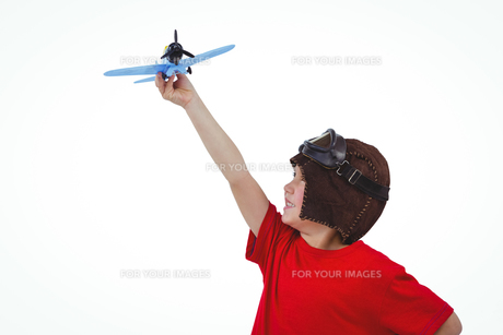 Boy playing with toy airplaneの写真素材 [FYI00009886]
