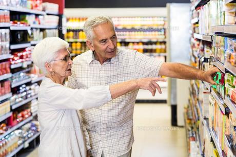 Happy senior couple choosing foodの写真素材 [FYI00009888]