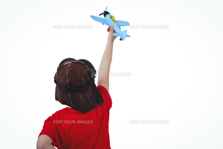 Boy playing with toy airplaneの写真素材 [FYI00009891]