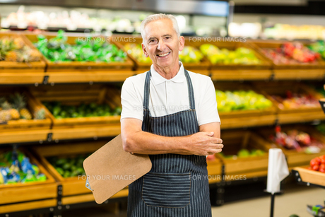 Mature worker with arms crossed and clipboardの写真素材 [FYI00009894]