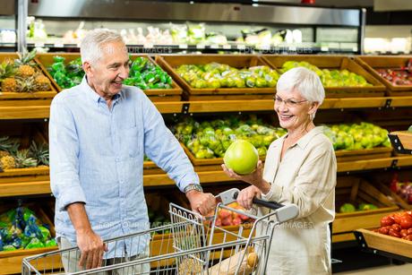Senior couple picking out fruitの写真素材 [FYI00009895]
