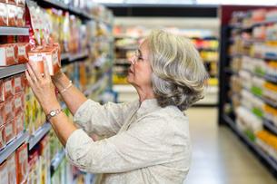 Senior woman buying foodの写真素材 [FYI00009896]