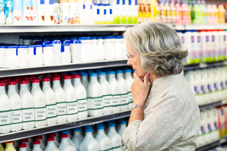 Senior woman buying milkの写真素材 [FYI00009898]