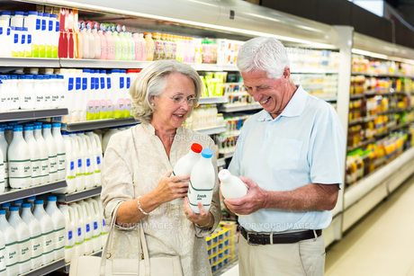 Senior couple buying milkの写真素材 [FYI00009899]