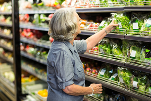 Senior woman picking out some vegetablesの写真素材 [FYI00009902]