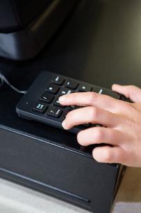 Womans hand holding calculatorの写真素材 [FYI00009930]