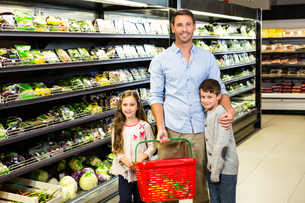 Father and kids at the grocery storeの写真素材 [FYI00009973]
