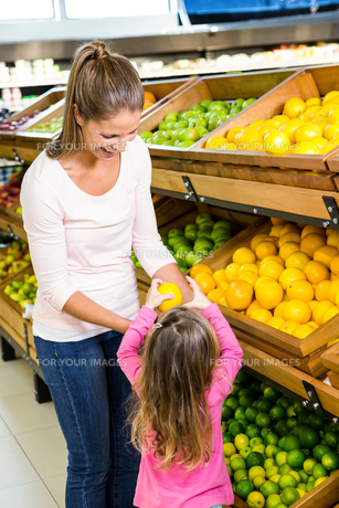 Mother and daughter taking fruitの写真素材 [FYI00009975]