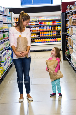 Mother and daughter holding paper bagの写真素材 [FYI00009981]