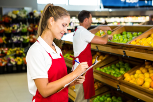Grocery store staff with clipboardの写真素材 [FYI00009985]