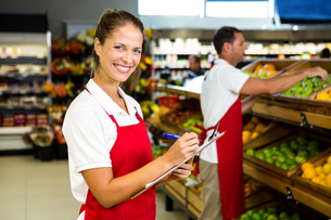 Grocery store staff with clipboardの写真素材 [FYI00009988]